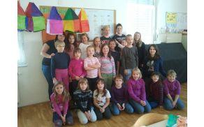 Otroci in prostovoljke Mladinskega društva Frankolovo (Katrin Pinter, Nina  Kroflič, Nika Gregorc) na delavnicah.