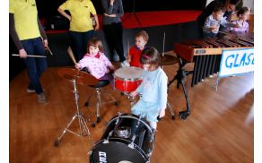 Otroci preizkušajo glasbila