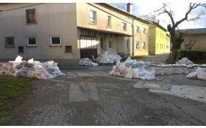 Ostanki protipoplavnih vreč v naselju Bač pri Ilirski Bistrici