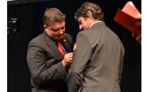 Kikelj podeljuje priznanje praporščaku Vojku Jerini