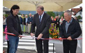 Župan je skupaj s predsednikoma vaških skupnosti prerezal trak in novo investicijo tudi uradno predal namenu.