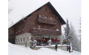 Prvi pohodniki 24. zimskega Matjaževega pohoda pred domom na Peci