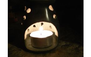 Namesto sveč v plastični embalaži lahko uporabimo okolju prijaznejše. Foto: Toni Dugorepec