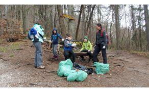 S pomočjo tudi mlajših udeležencev ČA smo nekaj vreč s smetmi napolnili že do Županove klopi