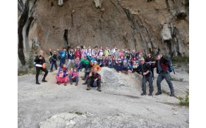 Mladi planinci ob izkušenih vodnikih in učiteljih na Kraškem robu