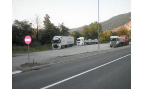 Pozno popoldne je parkirišče že polno kamionov. Foto: Majda Rejec