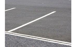 Na gotski ulici so sporna parkirišča. Slika je simbolična.