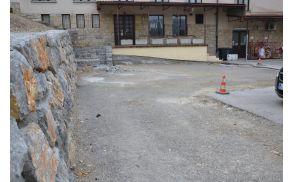 Zgornji del parkirišča, kjer je bila narejena škarpa in je podlaga pripravljena za asfaltiranje.