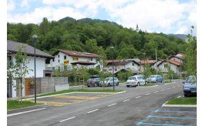 Modra cona tudi na parkirišču na Volaričevi ulici v Kobaridu. Foto: Nataša Hvala Ivančič