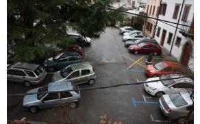 Parkirišče na Trgu svobode v Kanalu. Foto: Toni Dugorepec