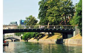 Pogled na Petkovškovega nabrežja pod Mesarskim mostom. (foto Dunja Wedam, arhiv Turizem Ljubljana).