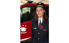 Brigita Božnik, predsednica PGD Socka ob vozilu