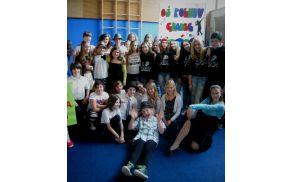 Skupina polhograjskih tekmovalcev – udeležencev področnega tekmovanja na Šolskem plesnem festivalu