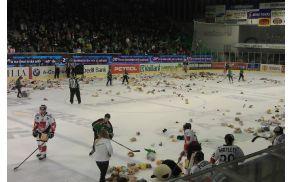 Plišasti večer žal ni prinesl sreče hokejistom Olimpije.