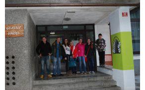 Nastopajoči učenci iz Kanala pred OŠ v Podbrdu. Foto: arhiv OŠ Kanal