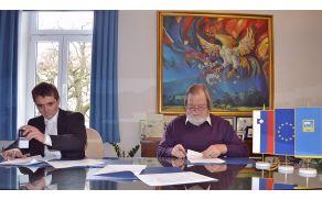 Podpis druge pogodbe za energetsko sanacijo nekdanje šivalnice: direktor IMP Promonta Tomaž Porenta in župan Stojan Jakin