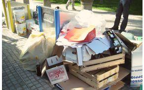 Podzemna zbiralnica poleg nje leseni zabojčki, karton in vreče. (foto: Arhiv JP Snaga)