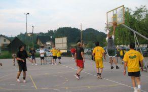 Tako so se ekipe lani potile na košarkarskem igrišču.