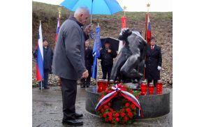 Franc Drašler je k spomeniku talca položil občinski venec.