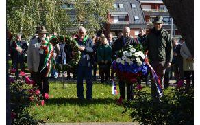 Venec k spomeniku je položila tudi delegacija iz Posočja.