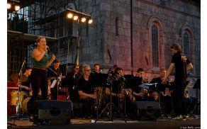 Celodnevno dogajanje z ogledom razstave o potresu, pestro ponudbo izdelkov Posoških ustvarjalcev in pokušino Kotarskih štrukljev se je zaključilo s koncertom Big Banda Krško z gostjo večera Aniko Horvat.
