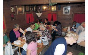 Šivanje po starem v Oplenovi hiši na Muzejsko noč. Foto: Anja Poštrak
