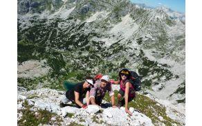 Trije hitri polžki na Veliki Tičarici; spodaj jezero Ledvička