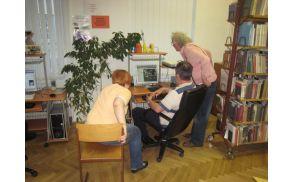 Pomoč starejšim pri uporabi računalnika.