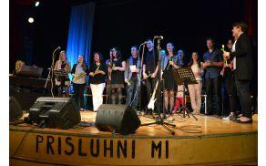 Zbrani popevkarji ob zaključni pesmi Zvončki in trobentice