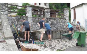 V petek 3.julija 2015, so člani Turističnega društva Nadiža&Nadižka korita, opravili vsakoletno poletno čiščenje starega Vaškega korita. Foto: Marijan Kuščer
