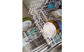 Ne zaženite pomivalnega stroja, če v njem ni dovolj posode.