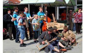 Domači muzikantje, lajnar in berači so sejemsko predstavitev dodatno popestrili