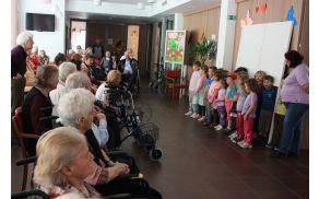 Otroci iz vipavskega vrtca med nastopom