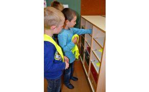 Prvošolčki so si nadeli rumene rutice, da bodo vidni na vsakem koraku.