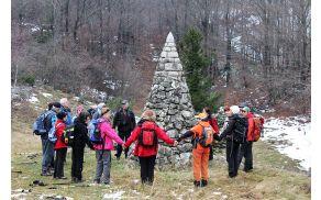 V bližini Otliškega okna je kamnit stožec, ki zaključuje polžasto zavit kamnit zid (foto Tatjana Rodošek)