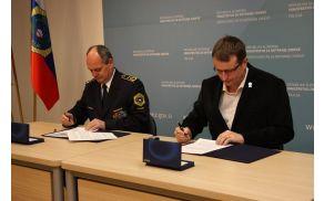 Generalni direktor policije Stanislav Veniger in predsednik PZS Bojan Rotovnik podpisujeta sporazum o sodelovanju. Foto: Nina Djordjević