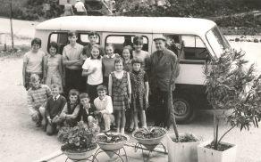 Fotografija, ki je spodbudila srečanje. Na njej so otroci s Kanalskega Vrha pred šolskim kombijem ...
