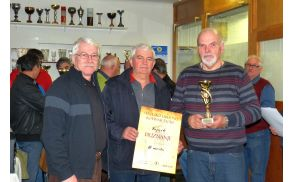 Pokal in priznanje za ekipno tretje mesto