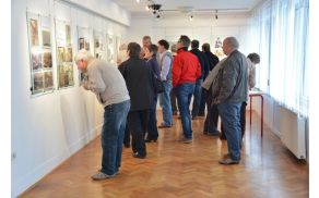 Obiskovalci razstave z zanimanjem gledajo stare fotografije (foto: Veronika Kravos)