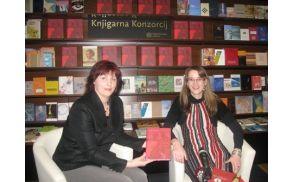 Foto: dr. Mira Delavec (levo) v pogovoru s Sašo Pivk Avsec na sinočnji predstavitvi romana v knjigarni Konzorcij v Ljubljani.
