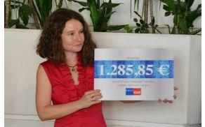 Darilni bon založbe Rokus Kett v rokah ravnateljice Polonce Šurca Gerdina.