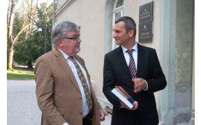 Župan Janez Fajfar in minister Samo Omerzel, župan mu je podaril knjigo, ki je izšla ob 1000-letnici Bleda.