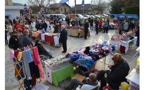 Pogled na Občinski trg, poln stojnic z Miklavževimi darili