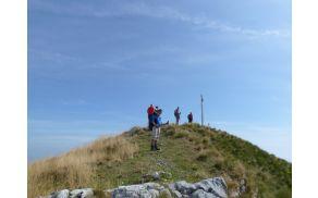 Planinci PD Blagajana na Setičah – nekateri na vrhu, drugi pred njim, tretji za njim (foto: Jerca Škrlj)