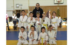Tekmovalci Judo kluba Shido na MINI POKALU KOROŠKE 2015 s trenerjem Ivijem Knafelcom