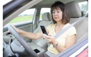 Telefoniranje ali pisanje SMS sporočil med vožnjo sta dva od pogostih dejavnikov za nastanek prometne nesreče.