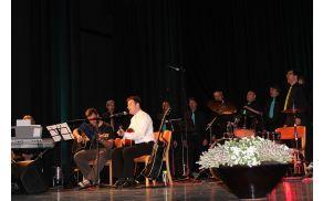Na odru so se jim pridružili pevci moškega pevskega zbora sv. Anton iz Kobarida. Foto: Nataša Hvala Ivančič
