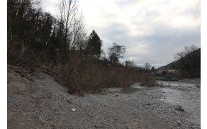 Ob levem bregu Soče v Kanalu so našli truplo moškega. Foto: Toni Dugorepec