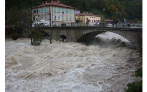 Soča ponovno skozi 'luno' kanalskega mosta. Foto: Toni Dugorepec