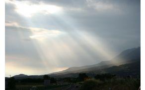 Sonce sije na vasi pod Čavnom, kjer na svetlo prihaja tudi krajevna zgodovina.